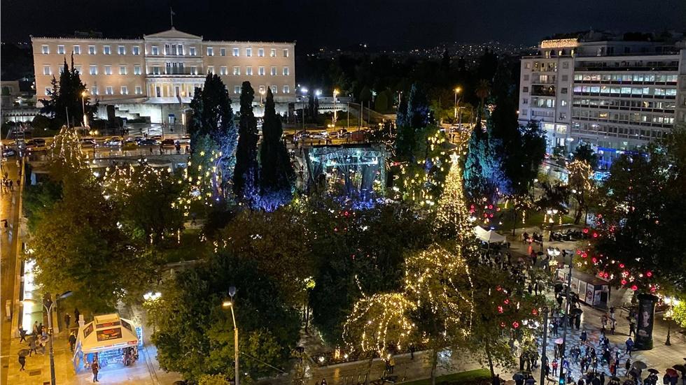 Φωταγωγήθηκε το Χριστουγεννιάτικο δέντρο στην πλατεία Συντάγματος...
