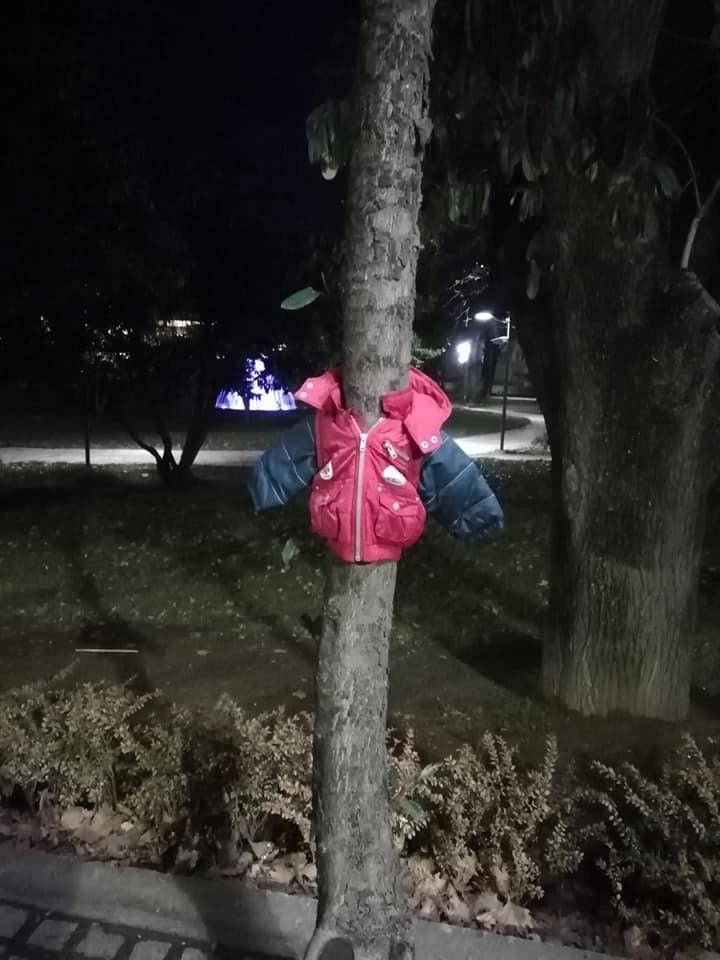 Μπουφάν κρεμασμένα στα δέντρα της Έδεσσας