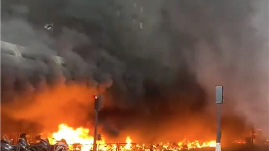 Μεγάλη πυρκαγιά σε εξέλιξη στην περιοχή Γκαρ ντε Λιόν του Παρισιού
