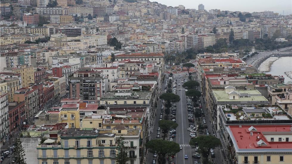 Συγκινητικό βίντεο από την Ιταλία: Κόσμος τραγουδάει στα μπαλκόνια του