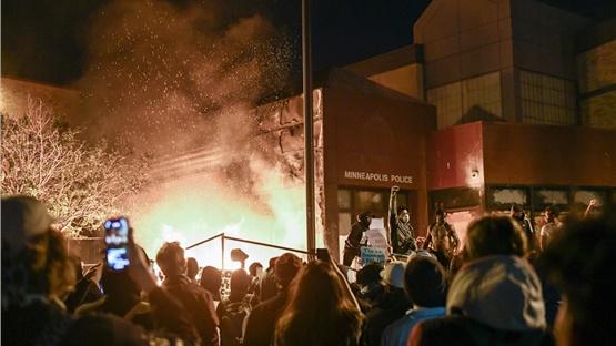 ΗΠΑ: Τρίτη νύχτα βίαιων επεισοδίων στη Μινεάπολη