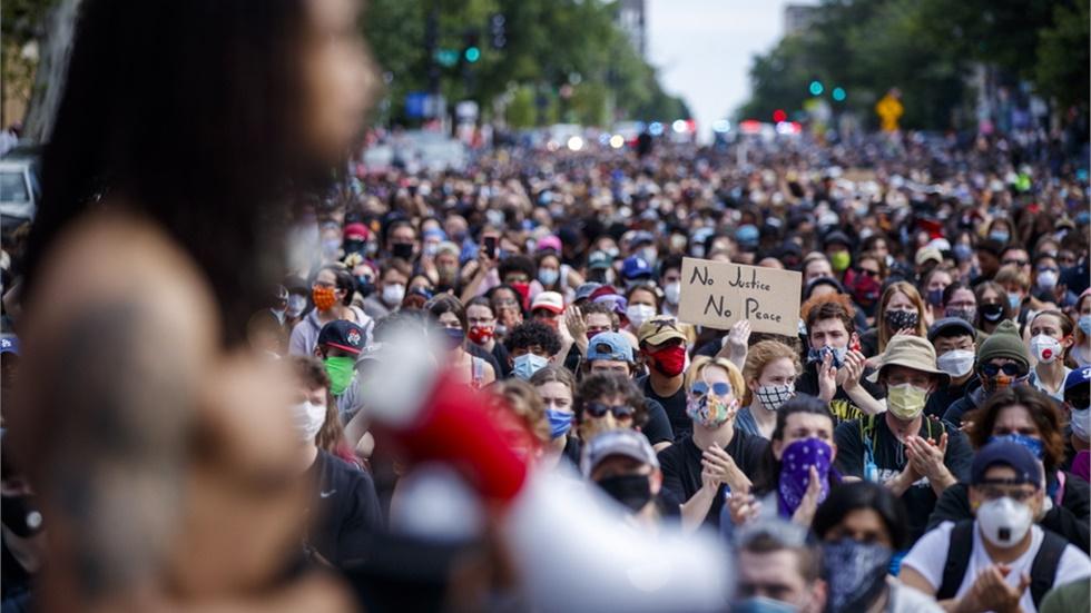 Δημοσκόπηση: Ποια είναι η γνώμη των Αμερικανών για τις διαδηλώσεις που «σαρώνουν» τη χώρα