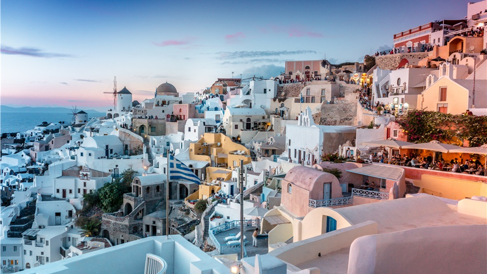 «Χρυσή ευκαιρία για τους Έλληνες να επισκεφτούν φέτος τη Σαντορίνη»-...
