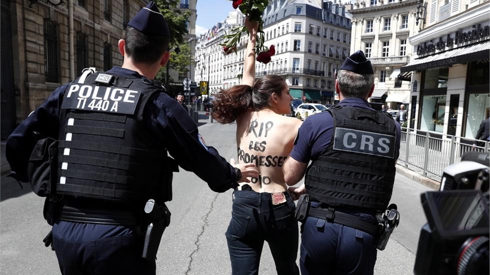 Τόπλες διαμαρτυρία μπροστά από το Ελιζέ κατά του ανασχηματισμού...