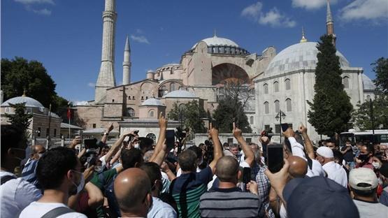 Πλήθος κόσμου έξω από την Αγία Σοφία μετά το διάταγμα Ερντογάν...