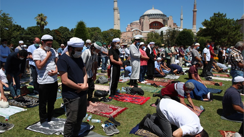 Με ανάγνωση στίχων του κορανίου από τον Ερντογάν ξεκίνησε η προσευχή...