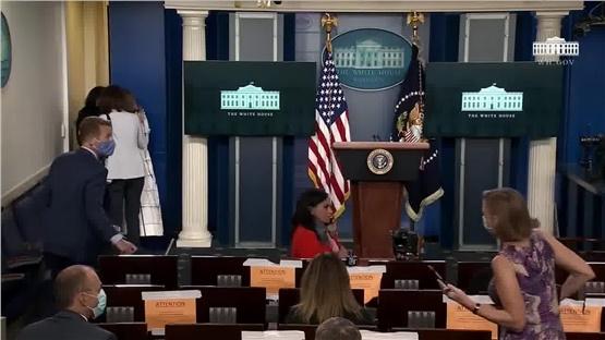 Η στιγμή που μέλος της ασφάλειας του Ντόναλντ Τραμπ διακόπτει...