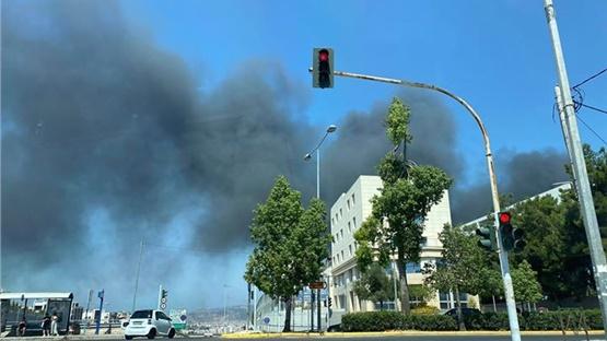 Μάχη με τις φλόγες δίνουν οι πυροσβεστικές δυνάμεις στο εργοστάσιο...