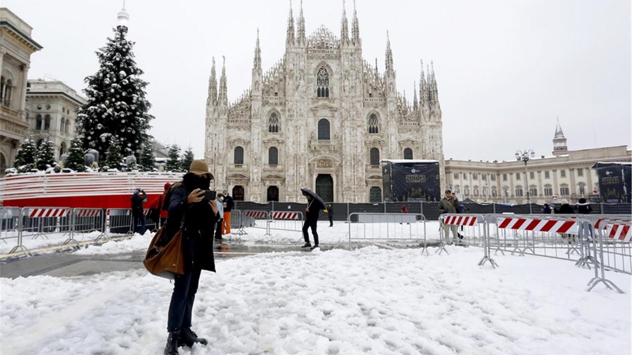 Ντυμένο στα λευκά ξύπνησε το Μιλάνο, έπειτα από σπάνια έντονη χιονόπτωση
