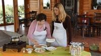 Η Μάρνη με την κυρία Κανέλλα Καλαϊτζίδου φτιάχνουν σιρόν.