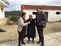 Ο Κώστας με τη γιαγιά Αννα Τουλκερίδου και τη παπαδιά κα Δέσποινα Ιωαννίδου.