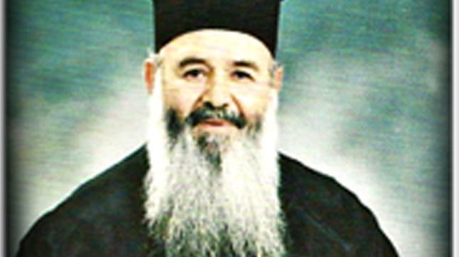 Ο πατήρ Δημήτριος Βακάρος κοντά στο ποίμνιο