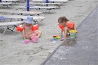 Άλλες ηλικίες άλλα παιχνίδια στην άμμο.