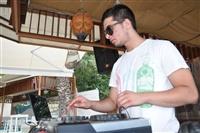 O DJ η ψυχή της διασκέδασης.