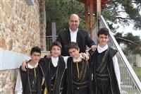 Ο πρόεδρος του πολιτιστικού σύλλογου Μονοπήγαδου με αγόρια του χορευτικού.
