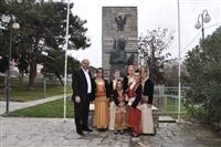 Ο πρόεδρος του πολιτιστικού σύλλογου Μονοπήγαδου με κορίτσια του χορευτικού.