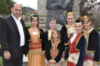 Ο πρόεδρος του πολιτιστικού σύλλογου Μονοπήγαδου με τις κοπέλες του χορευτικού.