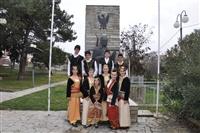 Τα παιδιά του πολιτιστικού σύλλογου Μονοπήγαδου στην αυλή του Λαογραφικού Μουσείου του χωριού.