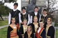 Ο πρόεδρος του πολιτιστικού σύλλογου Μονοπήγαδου με παιδιά του χορευτικού.