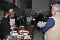 Ο Γιώργος Κοροσίδης εξηγεί στη Μάρνη πως γίνεται η πίτα Καισάρειας.