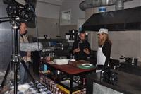 Η Μάρνη με τον μάγειρα Γιώργο Κοροσίδη στη κουζίνα του Άρχοντα.