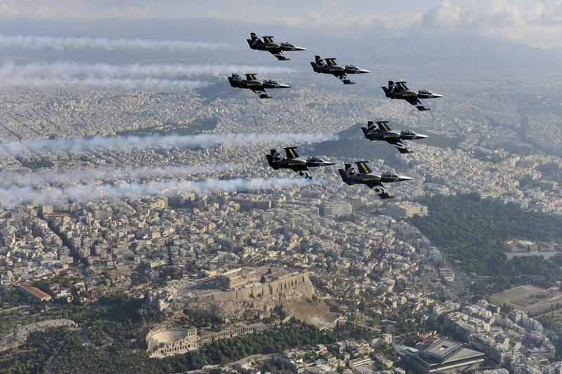 Πάνω από την Αθήνα, τον Πειραιά & το Παλαιό Φάληρο - Αεροπορική Επίδειξη από τους